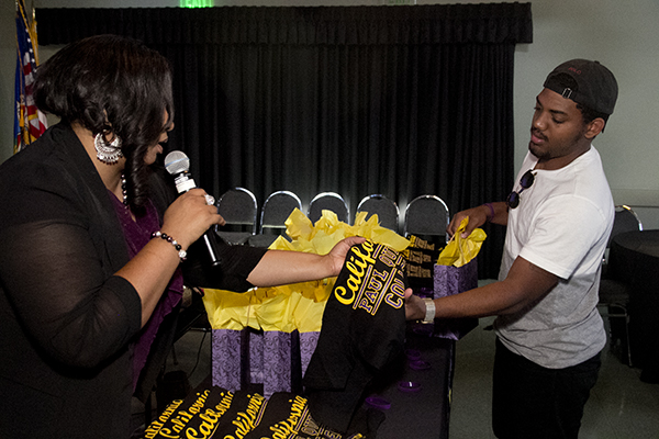 Recruiting Specialist Nicole Fords hands out Paul Quinn College shirts. (Troy Tieuel/ LA Sentinel)