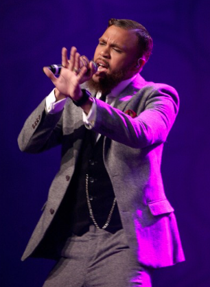 """Jidenna performing his hit song """"Classic Man"""" during the gala. (Ebony photo)"""