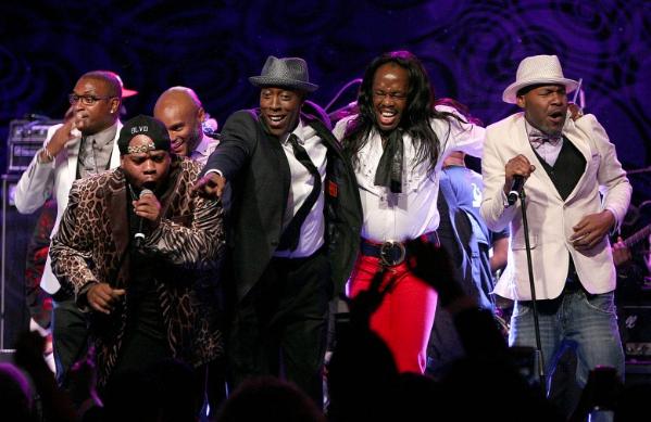 Tommy Davidson, Kenny Lattimore, Arsenio Hall, Verdine White have a little fun with Parliament Funkadelic during their performance.  (Ebony photo)