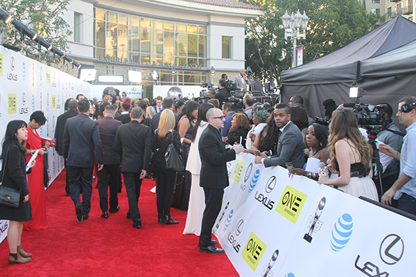 Media outlets await some of Black Hollywood's top entertainers as they arrive on the red carpet outside the Pasadena Civic Auditorium. (Mesiyah McGinnis/LA Sentinel)