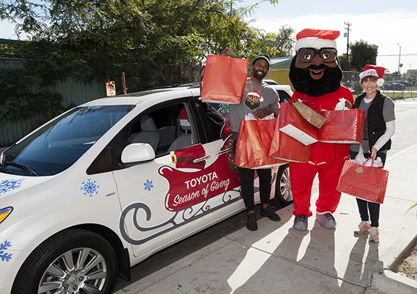 (L-R) Baron Davis, Black Santa and Dana Greger of Toyota (Juan Ocampo/Allison+Partners)